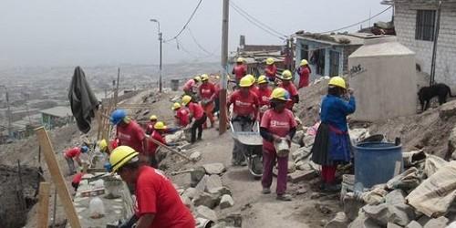 El programa Trabaja Perú generará 20,645 empleos para los damnificados por las intensas lluvias en 11 regiones del país, en labores temporales de reconstrucción, indicó su director ejecutivo, César Gálvez.    Este programa del Ministerio de Trabajo y Promoción del Empleo, que emplea por determinado tiempo a la población desempleada en condición de pobreza y pobreza extrema, enfatizará su atención en las[…]