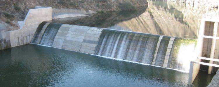 La presa derivadora es un obstáculo que se opone al paso de la corriente en un cauce, para elevar el nivel del agua a una cota suficientemente alta que permita salvar una de las márgenes y poder extraerse del sitio, así como dominar topográficamente otros sitios. Se usa cuando las necesidades de agua son menores que el gasto mínimo de[…]