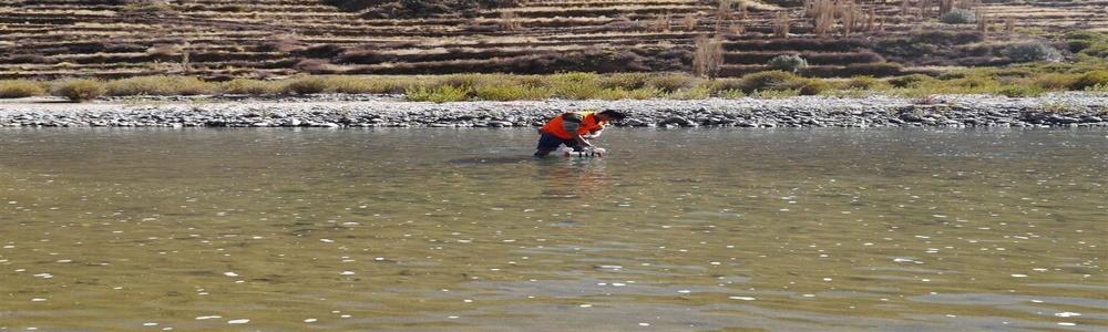 Toma de muestras de sólidos en suspensión en centro de rio